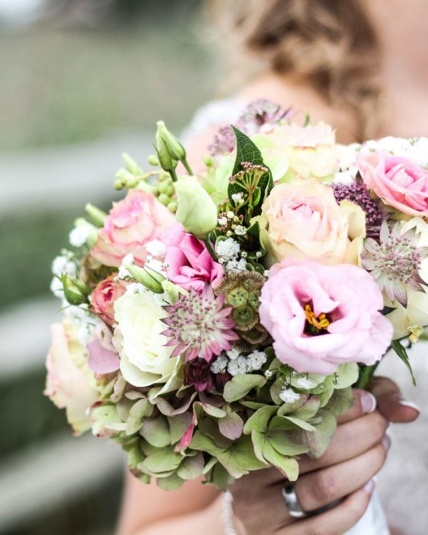 bride holidng light pink bouquet